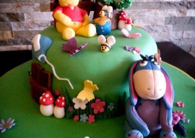 Winnie the Pooh -Torte mit Zuckerfiguren *